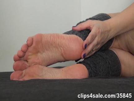 Milf perversa sega un cazzo con i piedi