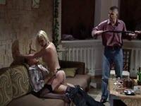 Strip poker e sesso selvaggio con una bionda