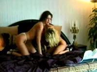 Leccate di figa e ditalini tra due lesbiche
