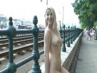 Bella bionda molto zoccola cammina nuda per la città