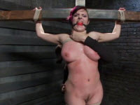 Tettona brunetta soddomizzata e masturbata