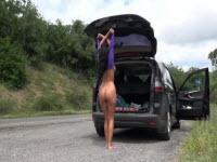Brunetta tettona tutta nuda per le strade