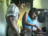 Giovane porcellona scopata in cucina