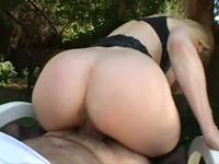 Nina Hartley fottuta per bene nel giardino