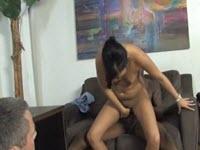 Marito cuckold guarda la moglie fottuta da un nero