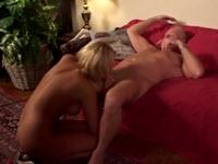 Bionda perversa riceve una sborrata vaginale da un maturo