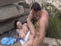 Giovane dalle tette grosse si gode una chiavata outdoor