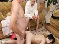 Sesso anale con una giovane inculata da un maturo