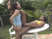 Gay latino fa sesso anale nel giardino con una shemale