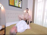 Zoccola diciottenne si fa sfondare la figa da un maturo