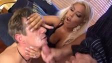 Cuckold con una moglie che guarda il marito succhiando i cazzi