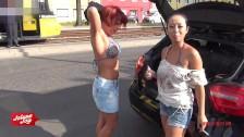 Sesso lesbo in macchina con due ragazze bollenti
