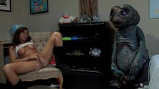 Jb E.T, parodia porno con ditalini vaginali