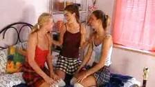 Tre ragazze diciottenni fanno sesso lesbico